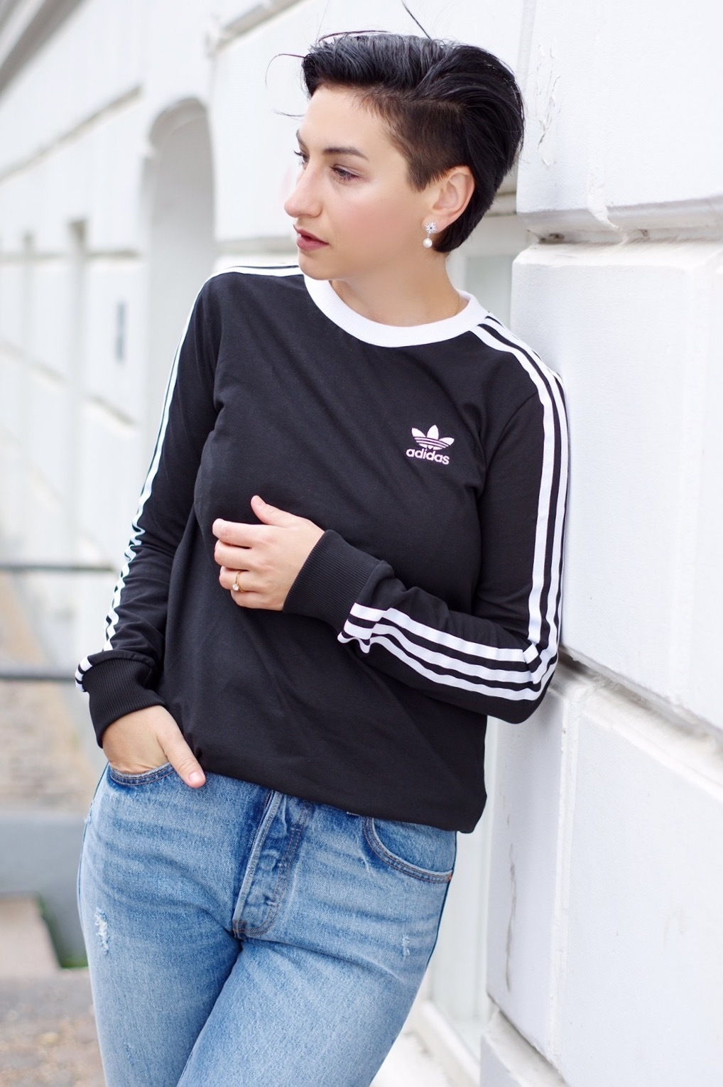 Adidas outfit, casual chic jeans