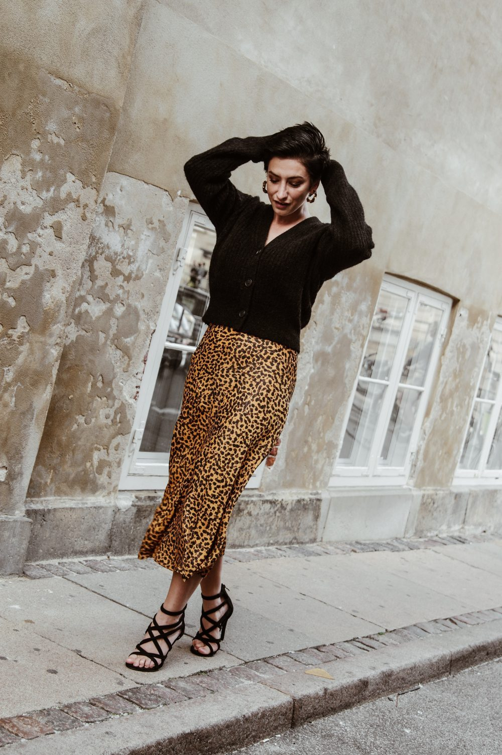 Fall-outfit-Sweater-and-leopard-skirt-scandinavian-outfit-streetstyle-Fall-fashion