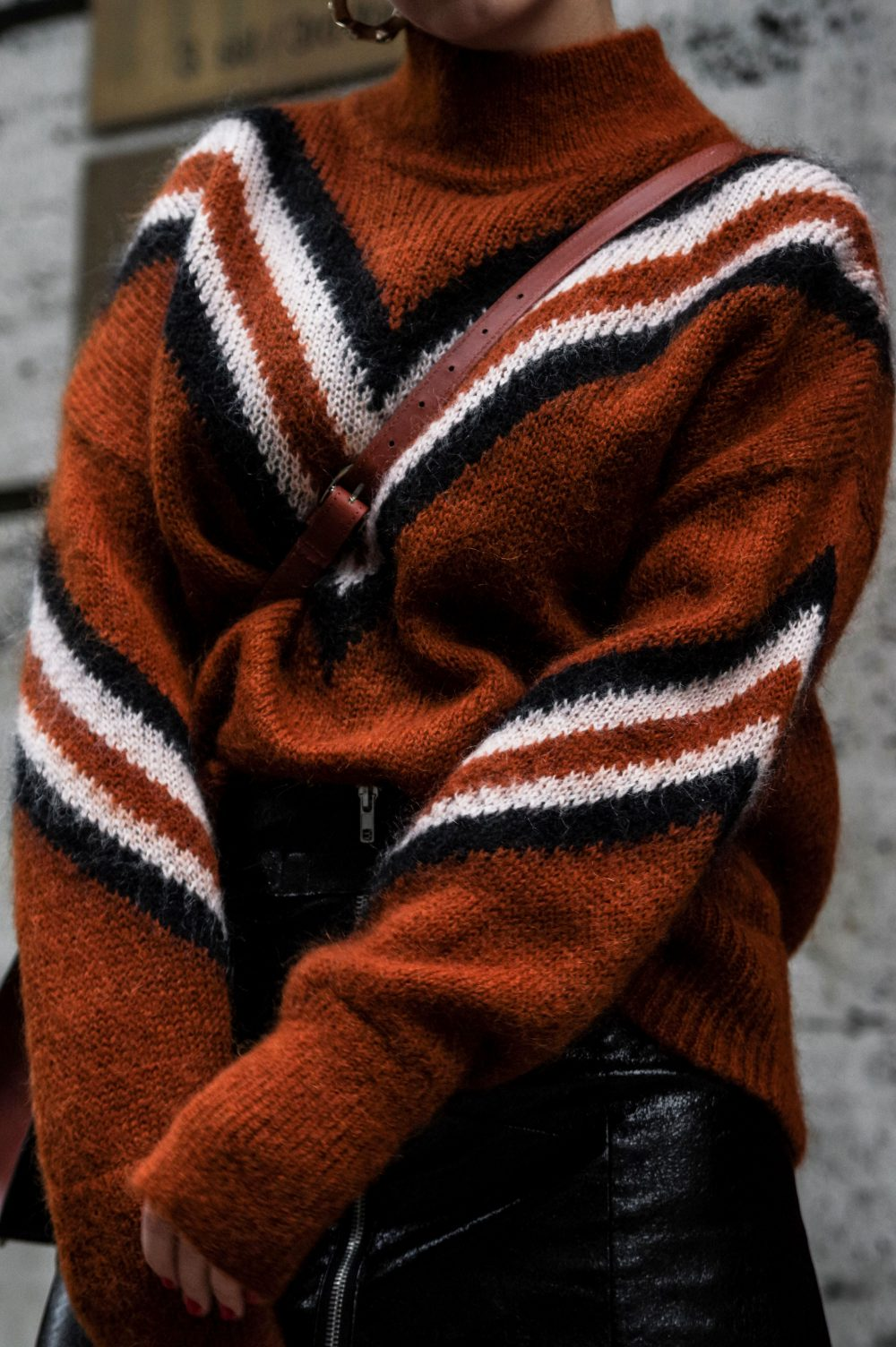3-Scandinavian-winter-outfits-ideas-instagram-round-up-layered-outfitsweaterwork-wear-casual-style-retro-vibes-outfit.
