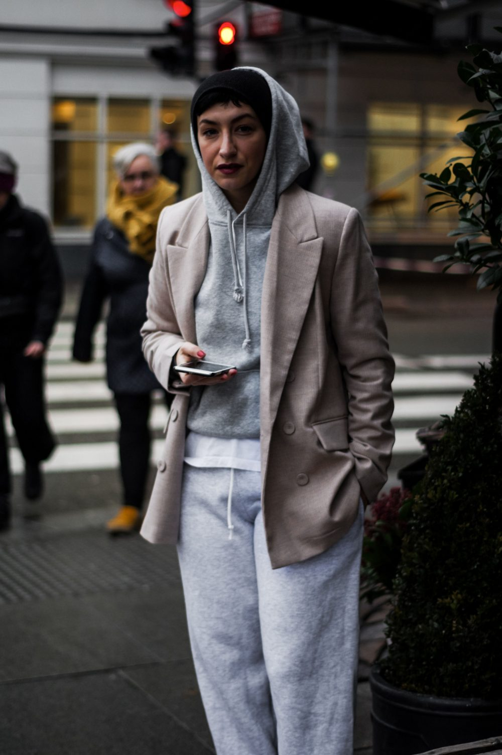 How-to-wear-sweatpants-and-blazer-Scandinavian-Style-Casual-outfit-Everyday-style-american-style-streetstyle-casual-style-look-of-the-day