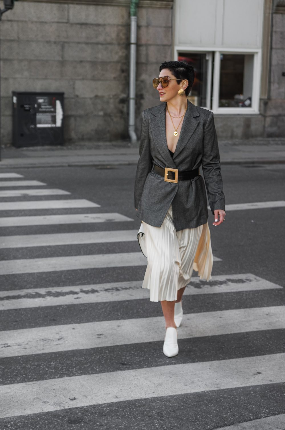Spring-summer-work-wear-outfit-ideas-pleated-skirtblazer-scandinavian-fashion-style-white-skirt-minimalistic-style