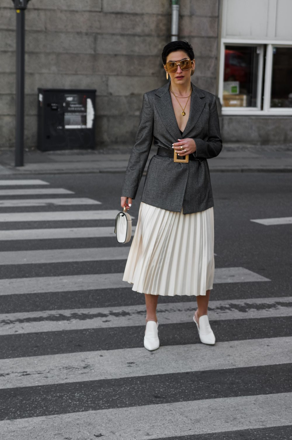 Spring-summer-work-wear-outfit-ideas-pleated-skirtblazer-scandinavian-fashion-style-white-skirt-minimalistic-style-sustainable-outfit-idea.